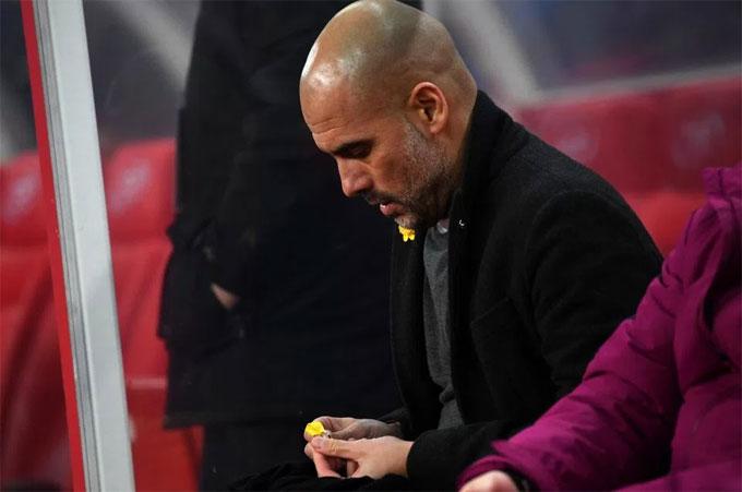 Chiến lược gia Tây Ban Nha quyết định tháo ruy-băng màu vàng. Ảnh: NS.