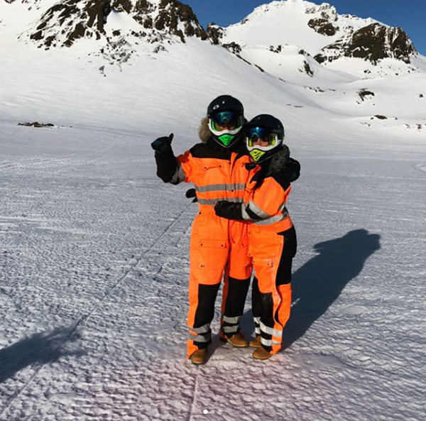 CR7 và bạn gái chụp ảnh kỷ niệm trước khi đi xe motor trên tuyết.
