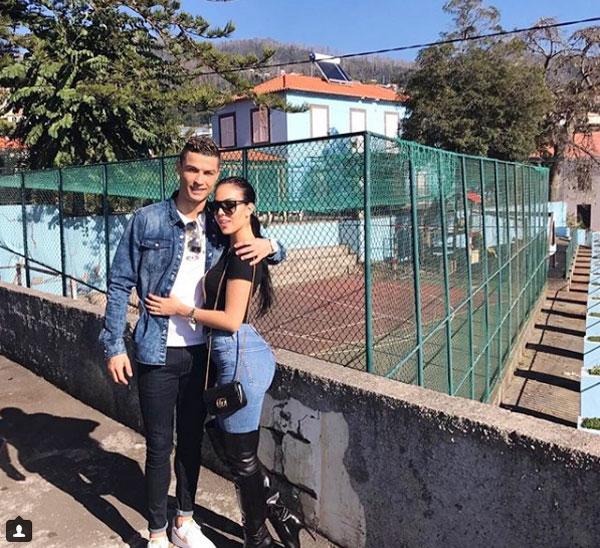 Siêu sao Real và người tình Tây Ban Nha ngày càng gắn bó sau khi nàng sinh công chúa nhỏ Alana Martina tháng 11 năm ngoái. Dịp đầu năm mới, Georgina Rodriguez cùng C. Ronaldotrở về quê nhà Madeira của anh, đón giao thừa bên gia đình bạn trai.