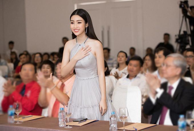 Hoa hậu Đỗ Mỹ Linh khoe vai trần gợi cảm khi đi sự  - 5