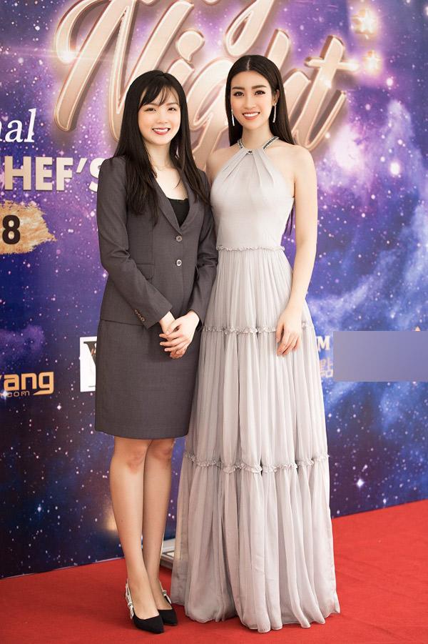 Hoa hậu Đỗ Mỹ Linh khoe vai trần gợi cảm khi đi sự  - 6