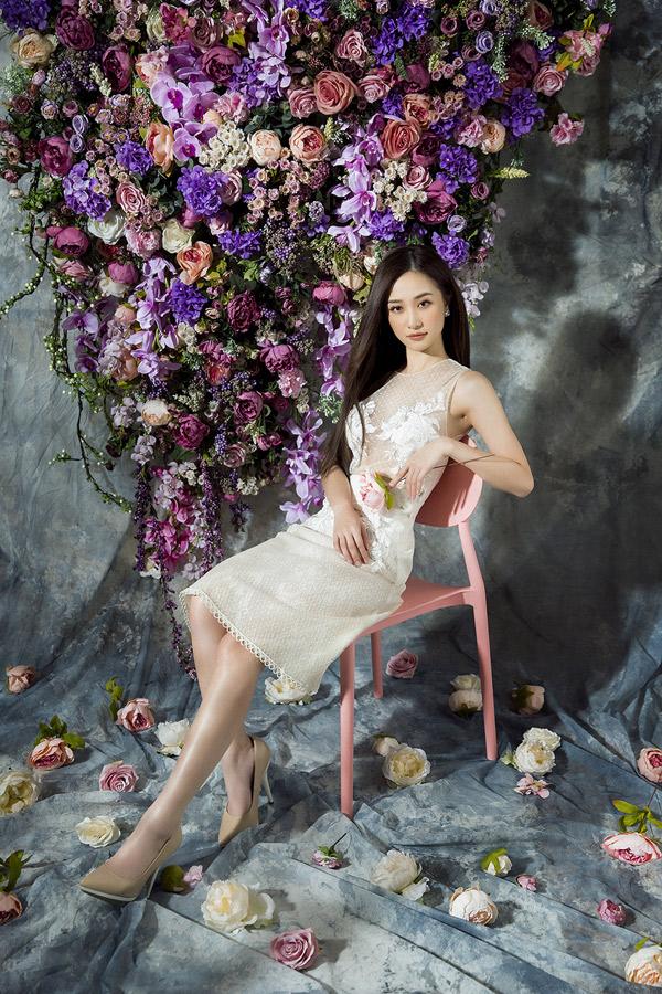 Cô giới thiệu sưu tập mới của nhà thiết kế Đỗ Long gồm các kiểu váy xòe, ôm bút chì, xếp tầng, chiết eo, váy ngắn...