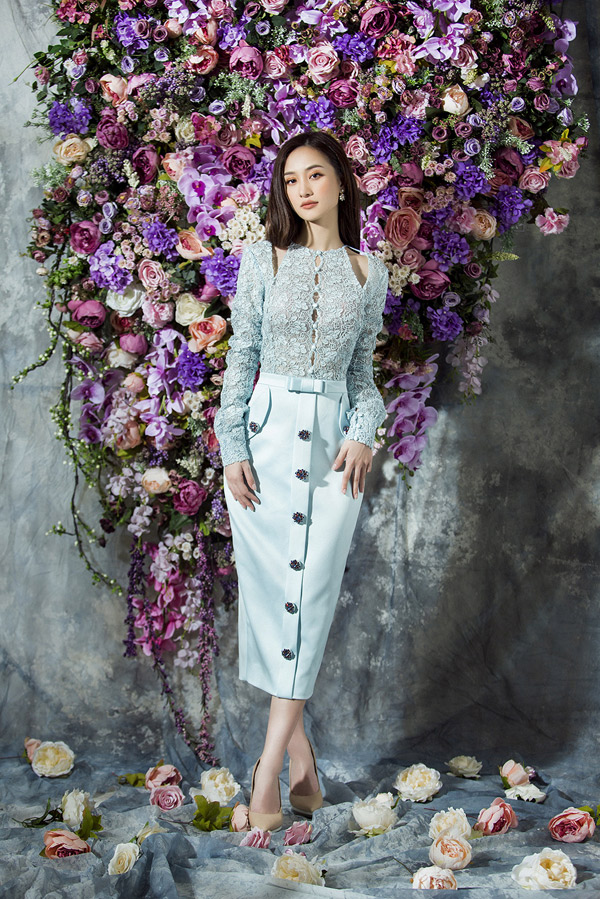 Nhà thiết kế kỳ công phối hợp nhiều loại vải, sử dụng phụ liệu kim sa, hoa vải, nơ 3D để có những bộ cánh ấn tượng.