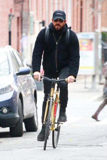 Justin Theroux đạp xe một mình ở New York hôm 11/3.