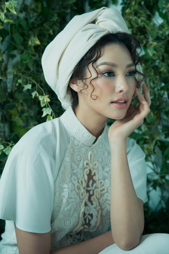 Chỉ một chiếc khăn quấn đầu, Lilly Nguyễn lại hóa thân thành nàng tiểu thư kiêu kỳ. Chút son mọng ướt khiến đôi môi trở thành vũ khí giết người cho bất kỳ ai ngồi đối diện.