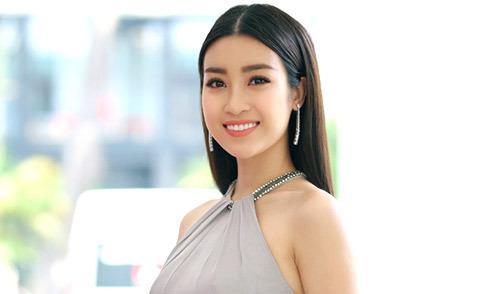 Hoa hậu Đỗ Mỹ Linh khoe vai trần gợi cảm khi đi sự kiện