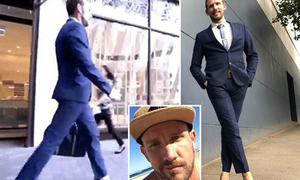 Người đàn ông hàng ngày đi giày cao 15 cm đến công sở
