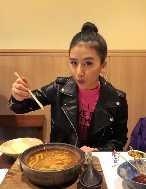 Ngày đầu tiên đến Nagoya, trời mưa và u ám nên Quỳnh Anh không chụp được nhiều ảnh nhưng bù lại, lại được thưởng thức nhiều món ăn ngon, trong đó được ghé thăm nhà hàng mì ramen có truyền thống lâu đời. Mình đượcăn những món siêu đỉnhcó từ 19 năm trước với món mì đặc sản cùng nước sốt sền sệt rồi chấm chấm thêm mấy miếng tempura thì nhem nhem,ăn vào là chỉ có lên luôn, cô nàng chia sẻ