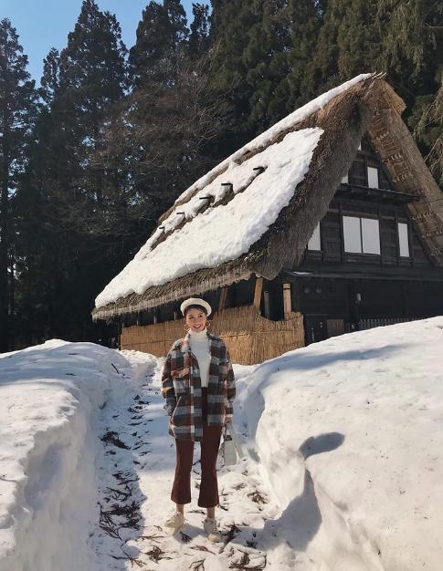 - Buổi sáng được đến tham quan đền Hieda ở Hida ⛩ bước vào Đền dưới cái lạnh -2 độ và sương mù sáng sớm thật sự là một cảm giác gì đó mà như một bộ phim vậy :)))  - Tiếp theo đó là di chuyển trên xe 2 tiếng, đang nằm lơ mơ ngủ thì thức dậy đã thấy xung quanh toàn núi tuyết trắng và hàng dãy nhà kiểu Nhật cổ cộng thêm thời tiết trời xanh nắng vàng ko chê vào đâu được, phải dụi mắt mấy lần vì cứ tưởng mơ ngủ. Nơi mình đến là ngôi làng Ainokura ở Gokayama, trước khi tới cũng đã search trước trên mạng xem hình thấy toàn cỏ xanh bát ngát mà khi đến nơi thì ko ngờ là vẫn còn quá nhiều tuyết như vậy vào tháng 3, khiến cho khung cảnh kiểu đẹp x 100 lần cũng may là đi đúng hôm trời nắng ấm nên cũng ko hề bị lạnh quá, tha hồ lượn quanh làng chạy hết hơi chụp hết thẻ mà pose thì cũng hết mình. Nói chung lại là một nơi strongly recommend cho các bạn khi đến Nhật nhé