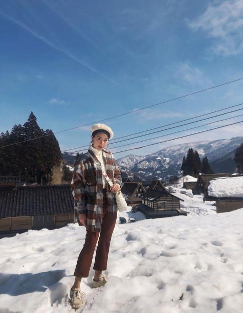 Cũng may là hôm đó trời nắng ấm nên cũng khônghề bị lạnh quá, mình tha hồ lượn quanh làng chạy hết hơi, chụp hết thẻ nhớ. Đây là nơi mà mình rất khuyên các bạn nên ghé qua nếu có cơ hội đến Nhật vào mùa đông, Quỳnh Anh cho biết.