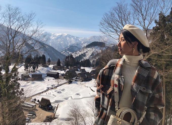 Nơi Quỳnh Anhđến là ngôi làng cổ Ainokura ở Gokayama. Trước khi tới, mình cũng đã tìm hiểutrước trên mạng, xem hình thấy toàn cỏ xanh bát ngát nhưngkhi đến nơi, khôngngờ là vẫn còn quá nhiều tuyết như vậy vào tháng 3, khiến cho khung cảnh đẹp hơn gấp 100 lần. Làng cổAinokura cách không xa ngôi làng huyền thoại Shirakawago hay được báo chí nhắc tới. Ngôi làng này cũng mang dáng dấp y chang với những mái nhà lớn, làm từ rơm, ốp vào nhau tựa như bàn tay cầu nguyện. Mùa đông, cả ngôi làng chìm trong tuyết trắng xóa, đẹp như cổ tích.