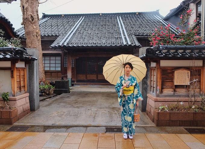 Đến ngày thứ 4 thì thời tiết ko được đẹp như 2 hôm trước đó, nhưng hem sao vì hôm nay trong lịch trình của mình là đến khu phố cổ Hihashichaya ( Kanazawa ) và được mặc KIMONO Thực ra thì đây đã là lần thứ 2 Shyn được mặc rồi nhưng là lần đầu tiên mặc dưới trời mưa và lạnh như thế này Nhưng dù sao thì nó cũng giúp khung cảnh tự nhiên trông lại nên thơ hơn bởi cái cảm giác mặc kimono đi lại trong phố cổ tay cầm cái ô   tung tăng trong tiết trời mưa nhẹ mặt diễn như phim mà chẳng ai thèm nhìn .. hix  Ngoài những địa điểm nổi tiếng mà mọi người hay thuê Kimono mặc để chụp ảnh ( như kiểu Kyoto ) thì khu phố này cũng là một địa điểm mới mà mình muốn recommend nhé :))) đẹp từng ngóc ngách nhỏ luôn đó