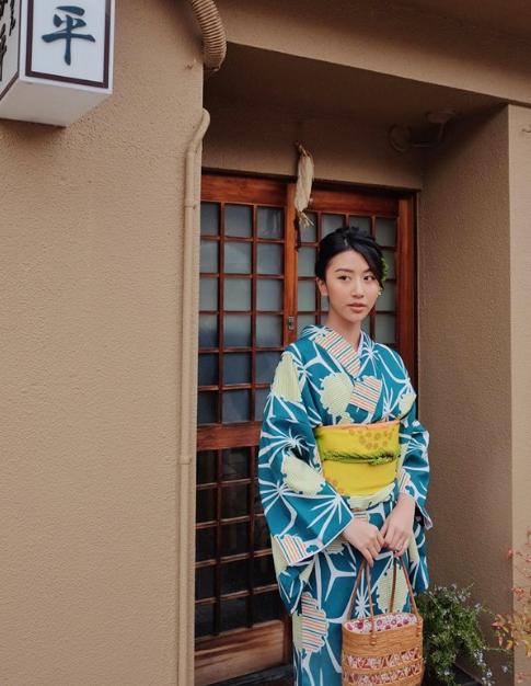 Ngoài những địa điểm nổi tiếng mà mọi người hay thuê kimono mặc để chụp ảnh (nhưKyoto ) thì khu phố này cũng là một địa điểm mới mà Quỳnh Anh muốn khuyên bạn nên ghé qua bởi khung cảnh xung quanh đẹp tới từng ngóc ngách nhỏ.