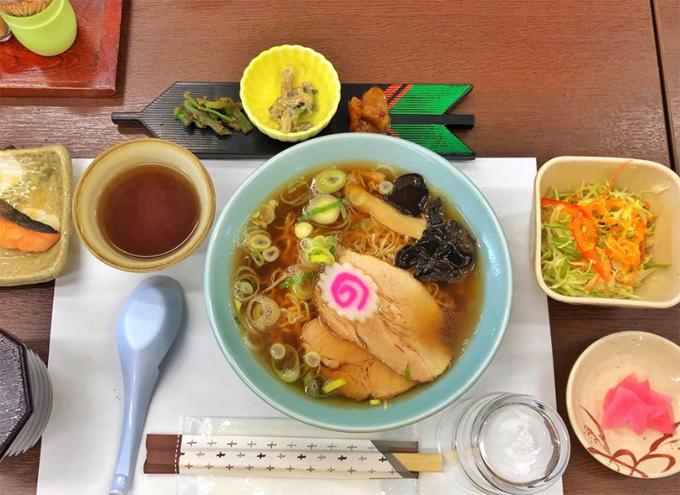 Ngày 1 vui bao nhiêu thì ngày 2 càng vui bấy nhiêu khi được học cách nướng bánh ( mà nướng ko đẹp lắm ), đi tham quan HidaTakayama Art and Festa Forest, được ăn quán mì Ramen nổi tiếng vùng này và mình nghĩ đây chính là bát mì Ramen ngon nhất cuộc đời mình huhu lần đầu tiên ăn hết sạch ko còn một thứ gì từ mì đến nước cho đến mấy món phụ xung quanh quán này tên là : Itakura Ramen nhé bạn nào có dịp đến đây xin đừng bỏ lỡ