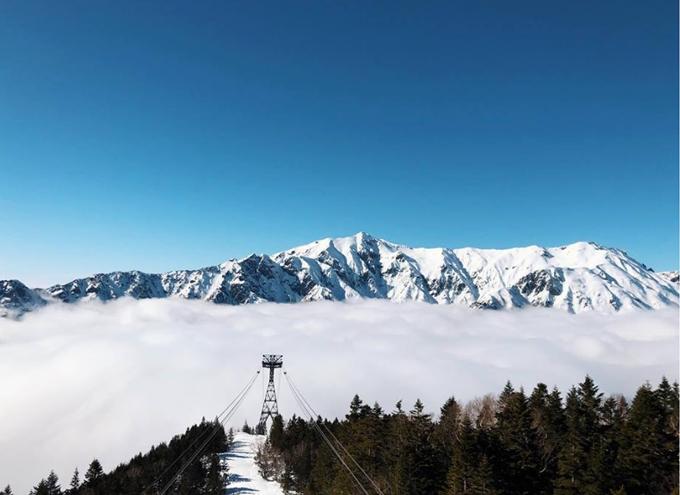 Và tiếp theo đó là một chỗ đỉnh đỉnh của đỉnh mà mình thật sự không ngờ tới đó chính là đường lên đỉnh núi Shinhotaka Ropeway - cáp treo cao nhất Nhật Bản. Trước lúc đi thì đã nghĩ trong lòng là đẹp lắm rồi nhưng lúc tới nơi thì mới thật sự mà vỡ oà. Đường lên trên đỉnh thì mọi thứ đều tuyết phủ trắng xoá nhìn như cổ tích, lúc cáp treo đi lên trên thì càng ngày càng nhiều mây và sương mù hơn, trắng tới mức ko nhìn thấy gì trong phạm vi 2m, mình đang kiểu nghĩ bụng chết dở trắng thế này thì chụp kiểu gì thì tự nhiên đùng một cái trời xanh vắt không một gợn mây, nắng chói chang mà tuyết vẫn ngập xung quanh, mây trời đỉnh núi bao la thực sự là đẹp mà tưởng ngất ra đến nơi ấy, mặc dù giọng văn mình tả nghe cũng hơi điêu nhưng thật lòng chỉ muốn nói là đẹp lắm lắm lắm, ai đến Nhật thì thật sự ko nên bỏ qua chỗ này tí nào nhé.