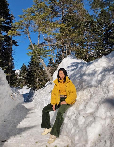 Đường lênđỉnh núi đều được phủ tuyết trắng xóa như cổ tích, càng lên trên, cảnh vật càng được sương mì che phủ, trắng xóa tới nỗi không nhìn thấy gì trong bán kính 2m. Lúc đó,mình đangnghĩ bụng,trắng thế này thì chụp ảnh kiểu gì thì tự nhiên đùng một cái trời xanh vắt không một gợn mây. Nắng chói chang mà tuyết vẫn ngập xung quanh, mây trời đỉnh núi bao la thực sự là đẹp không tưởng, nàng hotgirl cảm thán.