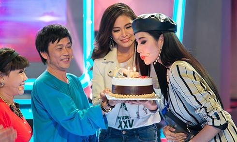 Á hậu Hoàng Thuỳ được Hoài Linh, Mâu Thuỷ tổ chức sinh nhật sớm