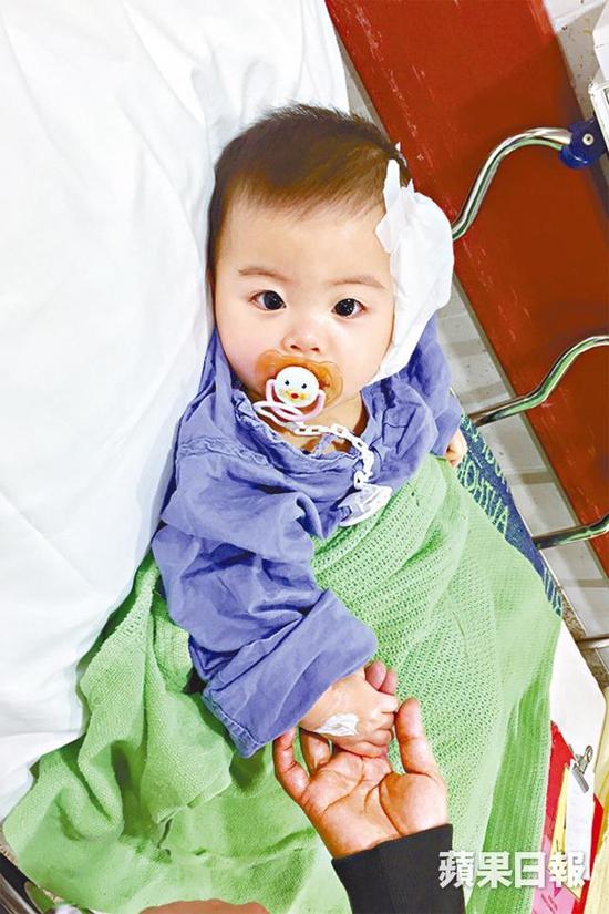 Con của Triệu Triết Dư sau ca mổ cấy ốc điện tử, khi bé 14 tháng tuổi.