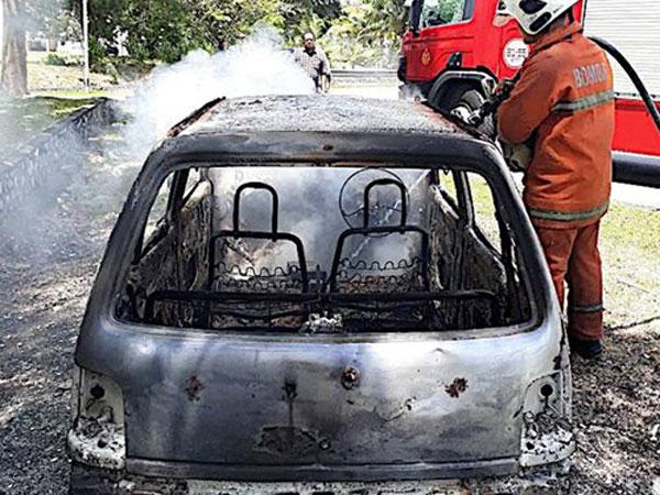 Đòi mua ôtô mới không được, vợ đốt xe cũ của chồng - 1