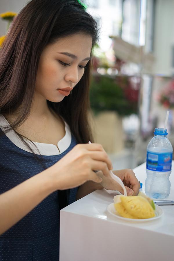 Con gái Lê Giang - diễn viên Lê Lộc - cũng có mặt trong ngày khai trương để hỗ trợ mẹ.