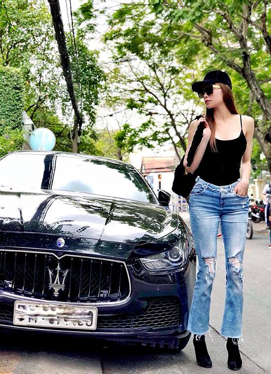 Qua phong cách street style của sao Việt, các chị em cũng có thể chọn lọc những lối mix-match phù hợp với tính cách và hình thể của mình. Một cô nàng cao ráo thì có thể chọn áo hai dây sexy phối cùng jean rách như Hồ Ngọc Hà.