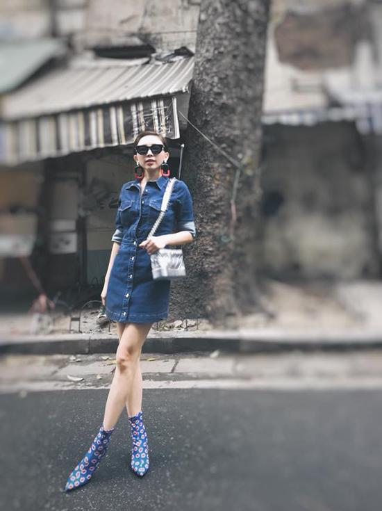 Muốn kéo dài đôi chân và giúp hình ảnh của mình trở nên trẻ trung hơn thì bạn có thể chọn váy sơ mi denim như Tóc Tiên.