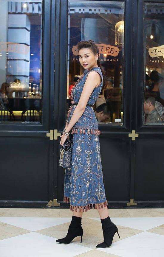 Ngoài các kiểu quần áo jean và denim thông dụng, váy jean thêu hoa tinh tế, trang phục đính kết tỉ mỉ cũng góp phần mang đến sự đa dạng cho chất liệu này