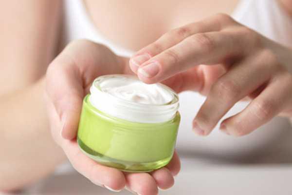 Thoa kem dưỡng da đậm đặc Cho dù thời tiết khô bạn cũng không nên dùng kem dưỡng ẩm quá đậm đặc vào buổi sáng vì làn da sẽ không có đủ thời gian thẩm thấu. Bạn nên dùng kem dưỡng có kết cấu mỏng, nhẹ, dễ thấm vào da, không gây nhờn dính