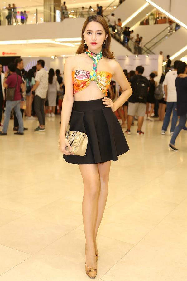 Tham gia một event tại TP HCM hồi đầu tháng 10/2016, Hương Giang Idol khiến không ít người ngước nhìn với bộ trang phục hở táo bạo. Cô sử dụng khăn họa tiết quấn thành áo và mix cùng chân váy ngắn. Style ăn mặc giúp cô khoe trọn vòng eo nhỏ nhắn và bờ vai thon thả