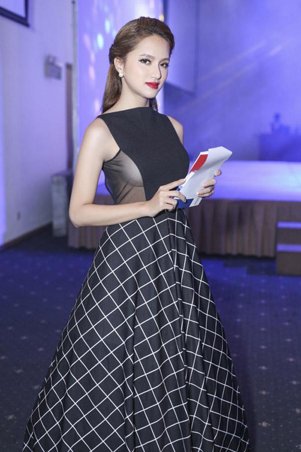 Đảm nhiệm vai trò MC tại sự kiện hồi tháng 8/2016, người đẹp diện bộ cánh đắp vải mỏng xuyên thấu để lộ gò bồng đảo sexy không nội y.