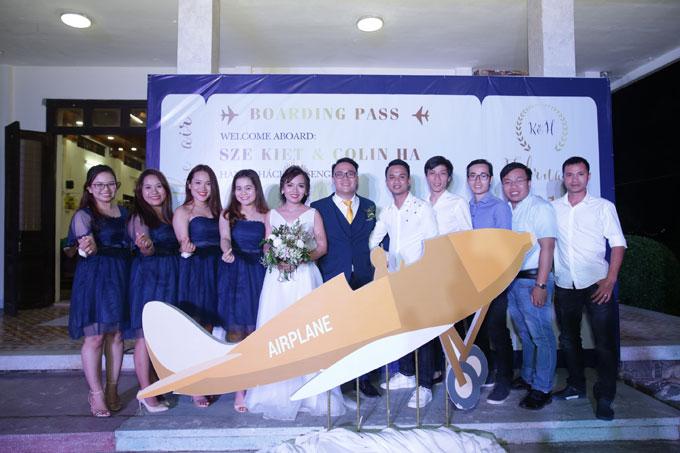 Hà và Sze chọn chủ đề hôn lễ là Chuyến bay tình yêu giống như chuyện tình của họ: Hai người từ hai đất nước khác nhau, nói hai ngôn ngữ khác nhau nhưng nhờ tình yêu đã xóa bỏ mọi khoảng cách.