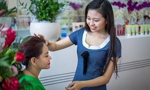 Lê Giang được con gái Lê Lộc săn sóc trong ngày khai trương tiệm nail