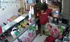 Cô gái phi thân qua quầy hàng đuổi theo tên trộm xe máy
