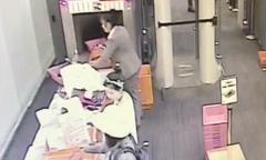 Nhân viên an ninh sân bay trộm tiền trong túi hành lý của khách