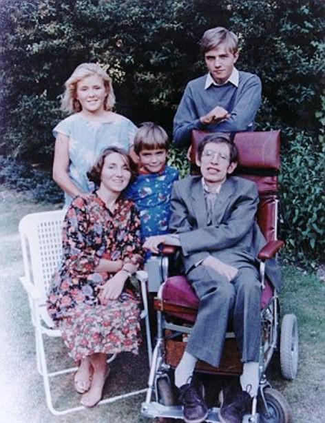 Stephen Hawking bên bà Jane và ba người con ngoài đời thật.