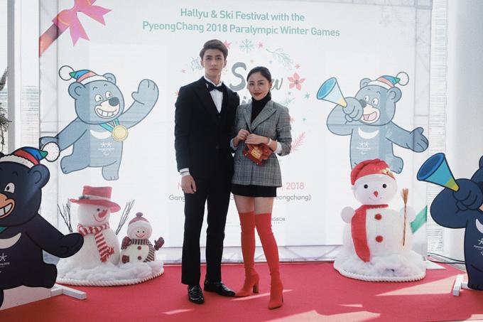 Văn Mai Hương diện vest kẻ mix cùng quần short ngắn, boots đỏ sành điệu và túi hàng hiệu. Trong khi đó diễn viên Bình An lại mặc suit bảnh bao.