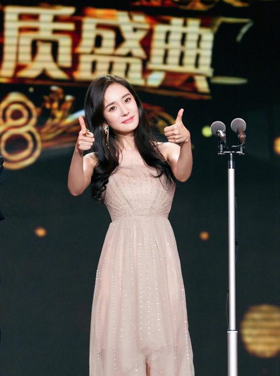 Người đẹp trên sân khấu lễ trao giải hôm 13/3.