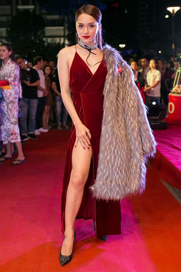 Bộ đầm nhung đỏ xẻ tà cao được Hương Giang diện đến sự kiện hồi cuối năm 2016.