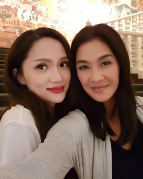 Hương Giang Idol khoe ảnh chụp chung với chị đại Lukkade của chương trình The Face Thái Lan.