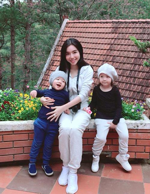 Elly Trần cười viên mãn bên hai thiên thần mà cô gọi là bức ảnh của mẫu thân cùng Hai Trà và Ba Mạch.