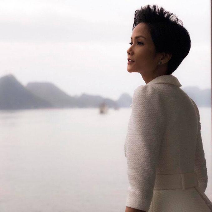 Hoa hậu HHen Niê mơ màng giữa