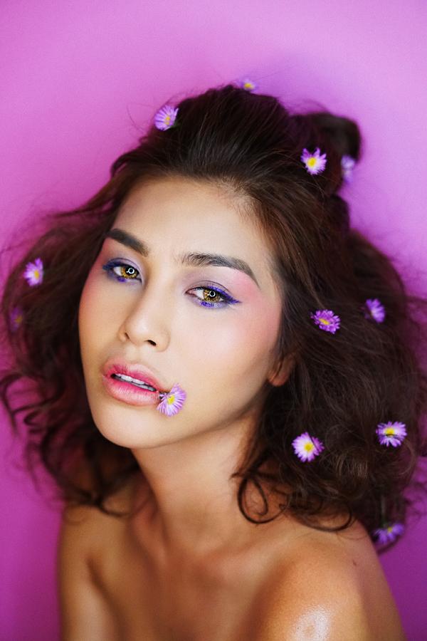 Với màu mắt này, bạn nên thoa son kiểu lòng môi với tone màu bợt để tạo cảm giác hài hòa cho khuôn mặt.