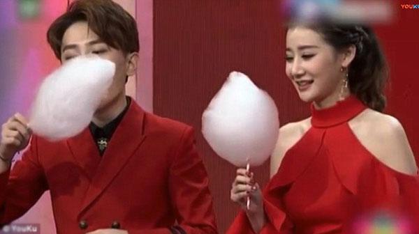 Nữ MC xinh đẹp gây sốt với màn thi ăn kẹo bông