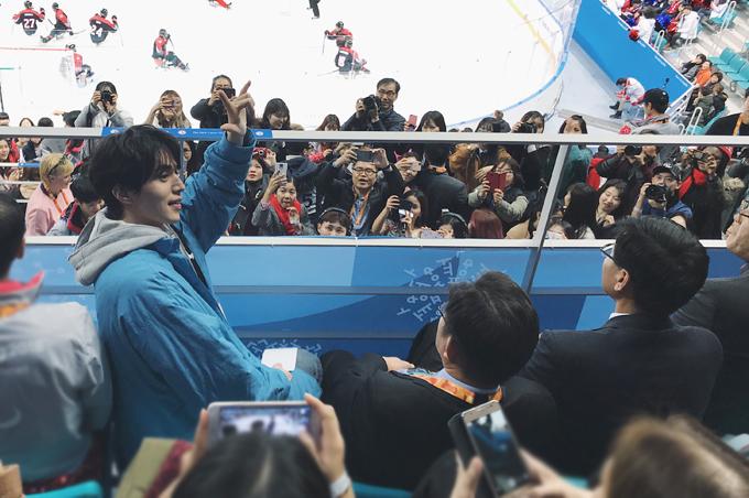 Lee Dong Wook cũng có mặt trên khán đài để theo dõi trận đấu. Anh ngồi phía trên hai nghệ sĩ Việt Nam một vài hàng ghế. Tranh thủ mỗi khi trận đấu có giờ nghỉ, anh đều quay lại vẫy chào và hỏi cảm nhận của mọi người về trận đấu.