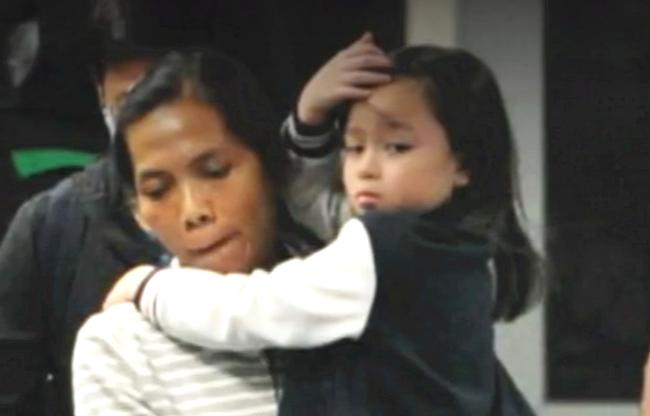 Con gái của cặp đôi, bé Hannađược vú em bế. Tròn 5 tuổi, bé gái có khuôn mặt giống hệt mẹ, đặc biệt là đôi mắt tròn to, đen láy.