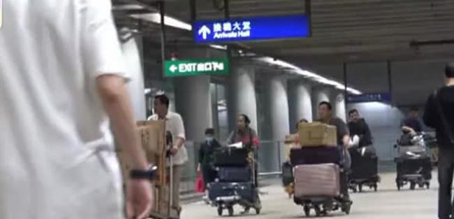 Gia đình họ Lưu mang theo rất nhiều vali đồ lớn, nhỏ, các trợ lý cùng nhau đẩy những xe đồ nặng trịch. Cánh ký giả đếm được 17 chiếc vali.
