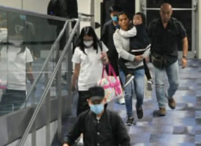 Đi cùng vợ chồng Lưu Đức Hoa là 9 người hỗ trợ, bao gồm vú em, trợ lý, bảo vệ...
