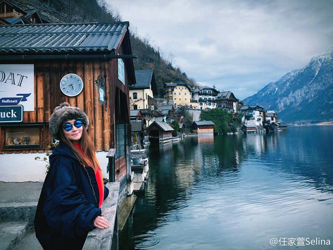 Thời tiết ở thị trấn cổ những ngày đầu năm khá lạnh giá, thành viên S.H.E tiết lộ cô mặc trang phục lớp trong, lớp ngoài.
