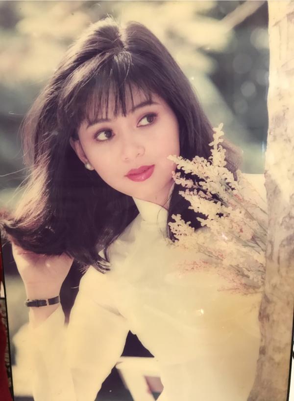 Ngắm lại ảnh thời thanh xuân gần 30 năm về trước, Thủy Tiên chia sẻ cô thấy bồi hồi, xúc động.