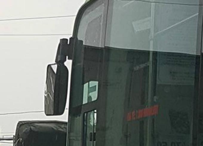 Gương chiếu hậu xe buýt bị vỡ do xe tải đâm trúng. Ảnh: Cắt từ video